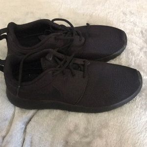 Nike Shoes - Black roshe runs 6